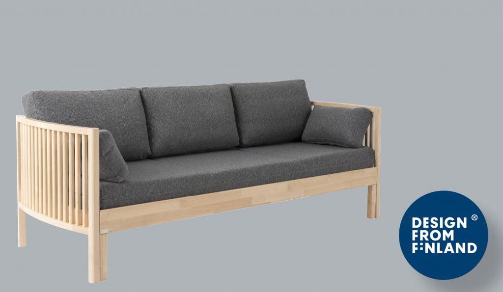Kiteen harmaa sohva puisilla käsinojilla